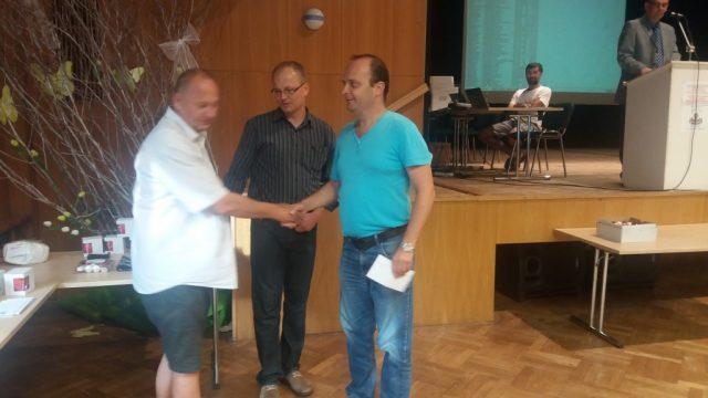 Radim Dostál přebírá cenu za nejlepšího hráče v kategorii Elo maximálně 2000.